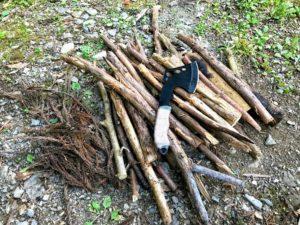 日影沢キャンプ場焚き火の薪準備