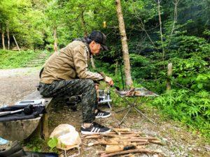 日影沢キャンプ場焚き火火を育てる