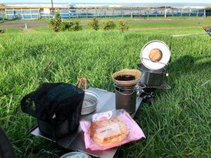 昨夜セイコマートで買っておいた北海道ではおなじみという「豆パン」が朝飯です