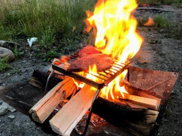 田代運動公園隣接の中津川河川敷で焚き火で肉を焼いてキャンプ